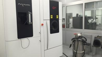 Photo of Due stampanti 3D Arcam Q10 producono impianti in titanio alle pendici dell'Etna