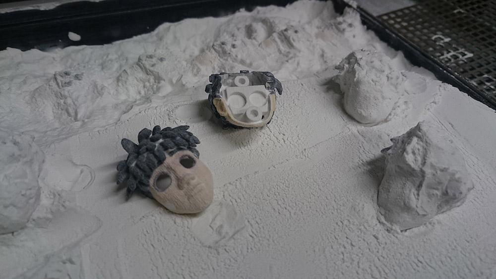 Fase di pulizia dei pezzi stampati mediante tecnologia sandstone